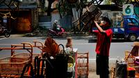 Perajin menata hasil kerajinan dari rotan di kawasan Tangerang, Banten, Rabu (17/2). Pandemi corona memukul banyak sektor usaha tak terkecuali UMKM akibat adanya pembatasan aktivitas masyarakat yang membuat omzet penjualan kerajinan rotan menurun. (Liputan6.com/Angga Yuniar)