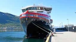 Kapal pesiar MS Roald Amundsen tiba di Tromsoe, Norwegia utara, pada 3 Juli 2019. MS Roald Amundsen mampu membawa 500 penumpang dan dirancang untuk berlayar saat cuaca tak bersahabat. (Rune Stoltz Bertinussen / NTB scanpix via AP)