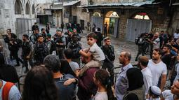 Pasukan Israel menutup paksa kompleks Masjid Al-Aqsa di Kota Tua Yerusalem, Jumat (17/8). Menurut media lokal Palestina, jemaah dipaksa keluar dari kompleks oleh polisi dan tentara Israel, yang kemudian menutup gerbang ke Kota Tua. (AFP/Ahmad GHARABLI)