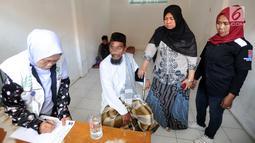 Petugas Dinas Sosial menginterogasi pengemis yang sempat viral di Kantor Dinsos, Jalan Merdeka, Bogor, Jawa Barat, Rabu (20/3). Pengemis tersebut mengaku mendapatkan penghasilan rata-rata Rp 200 ribu per hari. (merdeka.com/Arie Basuki)