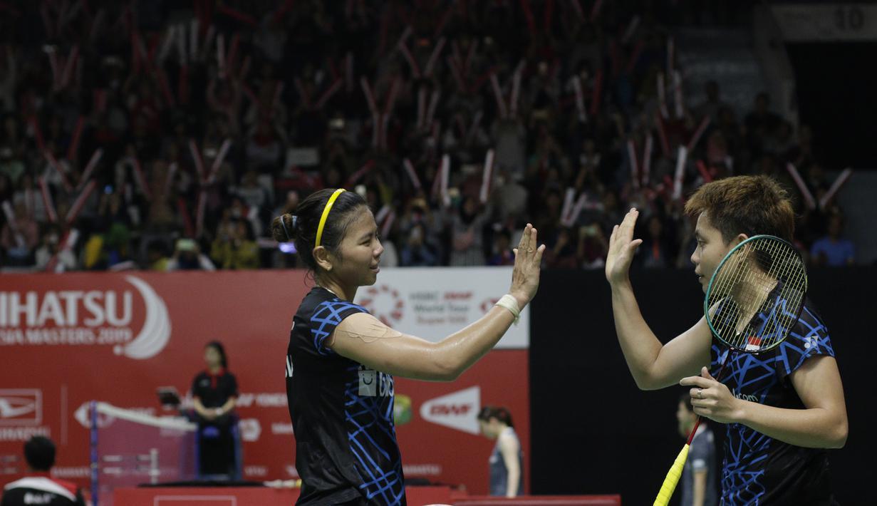 Pebulutangkis Indonesia, Greysia Polii / Apriyani Rahayu, merayakan kemenangan atas pasangan Bulgaria pada Indonesia Masters 2019 di Istora Senayan, Jakarta, Rabu (23/1). Greysia / Apriyani lolos ke babak kedua. (Bola.com/M. Iqbal Ichsan)