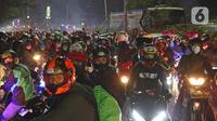 Pemudik motor saat lawan arus di Jalan Kedungwaringin, Kabupaten Bekasi, Jawa Barat, Minggu (9/5/2021). Pemudik memblokir jalan saat penyekatan di posko penyekatan mudik di Kedungwaringin. (Liputan6.com/Herman Zakharia)
