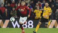 Gelandang Manchester United, Andreas Pereira, mengejar bola saat melawan Wolverhampton Wanderers pada laga Premier League 2019 di Stadion Molineux, Selasa (2/4). Wolverhampton menang 2-1 atas Manchester United. (AP/Rui Vieira)