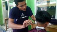 Jelang lebaran tukang cukur Garut panen (Liputan6.com/Jayadi Supriadin)