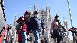 Warga mengenakan masker   berjalan masuk ke sebuah stasiun kereta bawah tanah di Milan, Italia (24/2/2020). enam orang meninggal dan 222 lainnya teruji positif infeksi COVID-19 di Italia. (Xinhua/Daniele Mascolo)