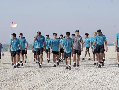 Pemain Timnas Indonesia melakukan latihan dengan pemanasan dan senam ringan di tepi pantai guna melemaskan kembali otot-otot mereka yang kaku usai tiba di Dubai. (Foto: Dokumentasi PSSI)