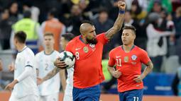 Gelandang Chile, Arturo Vidal berselebrasi usai mencetak gol ke gawang Argentina pada pertandingan perebutan tempat ketiga Copa America 2019 di Arena Corinthians di Sao Paulo, Brasil (6/7/2019). Argentina sukses  merebut posisi ketiga usai mengalahkan Chile 2-1. (AP Photo/Andre Penner)
