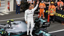 Selebrasi pebalap Mercedes Lewis Hamilton setelah menjuarai F1 GP Prancis 2019 di Sirkuit Paul Ricard, Minggu (23/6/2019). Hamilton tampil dominan dan menjadi juara F1 GP Prancis 2019. (AP Photo/Claude Paris)