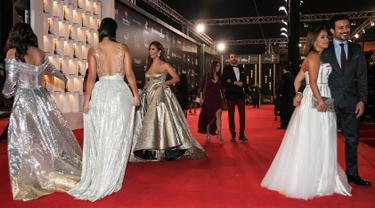 Sejumlah aktris menghadiri upacara penutupan Festival Film Internasional Kairo ke-40, Mesir (29/11). Aktris-aktris cantik papan atas Timur Tengah dari Lebanon, Yordania dan Mesir menghadiri Festival tersebut.  (AFP-Services/Tony Hage/Ciff)