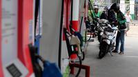 Sejumlah kendaraan mengisi bahan bakar minyak (BBM) di SPBU Kuningan Jakarta, Sabtu (5/5). Penambahan subsidi solar akan berkisar Rp 500 hingga Rp 1.500 per liter. (Liputan6.com/Johan Tallo)