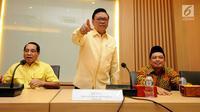 Ketua Dewan Pakar Partai Golkar, Agung Laksono jelang Rapat Pleno XI Dewan Pakar bersama Ketua Umum, Setya Novanto di Jakarta, Jumat (21/7). Rapat membahas perkembangan strategis aktual Partai Golkar untuk konsolidasi. (Liputan6.com/HelmiFithriansyah)
