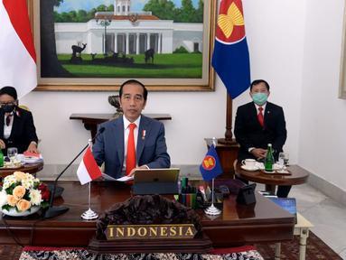 Presiden Joko Widodo (tengah) didampingi Menteri Kesehatan Terawan Agus Putranto (kanan) dan Menteri Luar Negeri Retno Marsudi (kiri) saat KTT ASEAN Khusus Tentang COVID-19 secara virtual dari Istana Kepresidenan Bogor, Jawa Barat, Selasa (14/4/2020). (Foto: Lukas - Biro Pers Sekretariat Presiden)
