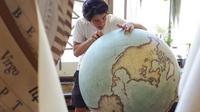 Perusahaan Bellerby & Co. Globemakers di Stoke Newington, London, Inggris, tetap konsisten mengkhususkan diri membuat globe tradisional.