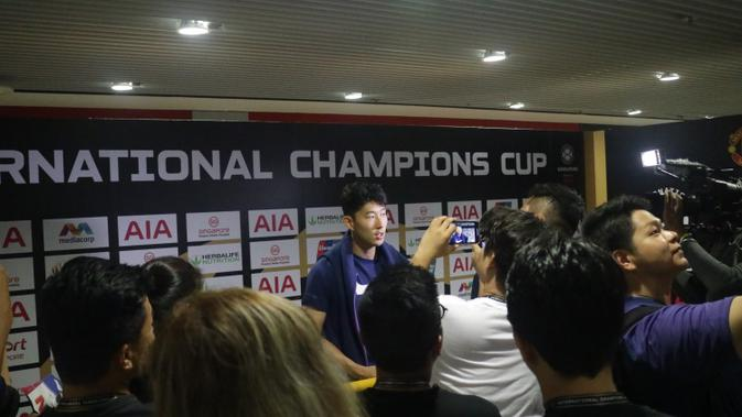 Son Heung-min sangat ramah kepada para wartawan di mixed zone. (Bola.com/Aditya Wicaksono)