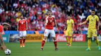 Granit Xhaka kembali menjadi nyawa bagi Swiss. Akurasi umpan yang mencapai 88 % dan menciptakan tiga peluang ke gawang Rumania membuatnya pantas menerima gelar Man of The Match, (15/6/2016). (AFP/Denis Charlet)