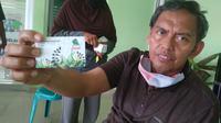Ketua RW 13 Kemang Pratama 3 menunjukkan kartu e-toll untuk akses keluar masuk. Foto: (Liputan6.com/Bam Sinulingga)