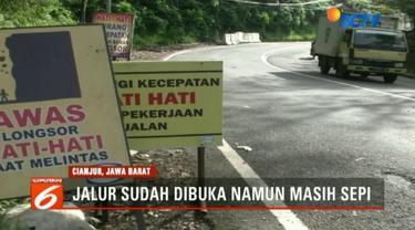 Sementara itu, sejak jalur Puncak kembali dibuka, volume kendaran yang melintas dari arah Cianjur ke Jakarta dan sebaliknya masih lengang. Arus kendaran masih didominasi kendaraan roda dua.