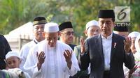 Presiden Joko Widodo atau Jokowi memanjatkan doa saat menyerahkan sapi braman 1,4 ton kepada DKM Baitul Faizin usai salat Idul Adha 1439 Hijriah di Lapangan Tegar Beriman, Cibinong, Kabupaten Bogor, Jawa Barat, Rabu (22/08). (Merdeka.com/Arie Basuki)