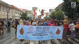 Sejumlah wanita saat meramaikan Karnaval Seni Budaya Lintas Agama di kawasan Jalan Pemuda  Semarang, Minggu (25/3). Acara ini juga diikuti komunitas budaya lainnya hingga berjumlah 25  atraksi dari berbagai daerah di Jawa Tengah. (Liputan6.com/Gholib)