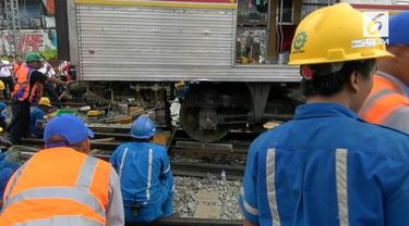 Setelah mengalami anjlok tadi pagi, saat ini proses evakuasi badan KRL di stasiun Manggarai masih dilakukan.
