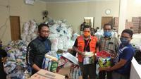 Dinas Sosial (Dinsos) Makassar menyalurkan bantuan paket sembako Covid-19 untuk warga Kota Makassar yang terdampak pandemi (Liputan6.com/ Eka Hakim)