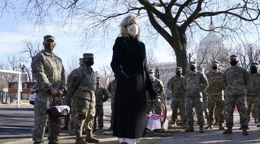 Ibu Negara Jill Biden mengunjungi Garda Nasional di Washington, DC.