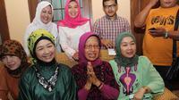 Seperti saat Pemilu Legislatif (Pileg) 9 April lalu, ibunda Jokowi juga mencoblos di TPS yang tak jauh dari Stadion Manahan Solo.
