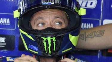 Pebalap Movistar Yamaha, Valentino Rossi, berdiskusi dengan timnya saat sesi latihan MotoGP Aragon di Sirkuit Aragon, Spanyol, Sabtu (21/9/2018). Pada sesi latihan ini, pria Italia itu hanya menduduki posisi kesembilan. (AFP/Jose Jordan)