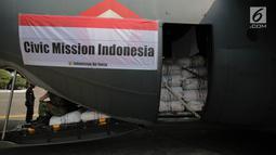 Tumpukan karung berisi bantuan untuk Rohingya berada di dalam pesawat Hercules di Lanud Halim Perdanakusuma, Jakarta, Rabu (13/9). Sebanyak 34 ton bantuan kemanusiaan itu dibawa menggunakan empat pesawat Hercules TNI AU. (Liputan6.com/Faizal Fanani)
