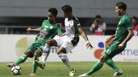 Gelandang PSMS Medan, Fredyan Wahyu, berusaha melewati striker PS Tira, Dimas Drajad, pada laga Liga 1 di Stadion Pakasari, Jawa Barat, Rabu (5/12). (Bola.com/Yoppy Renato)