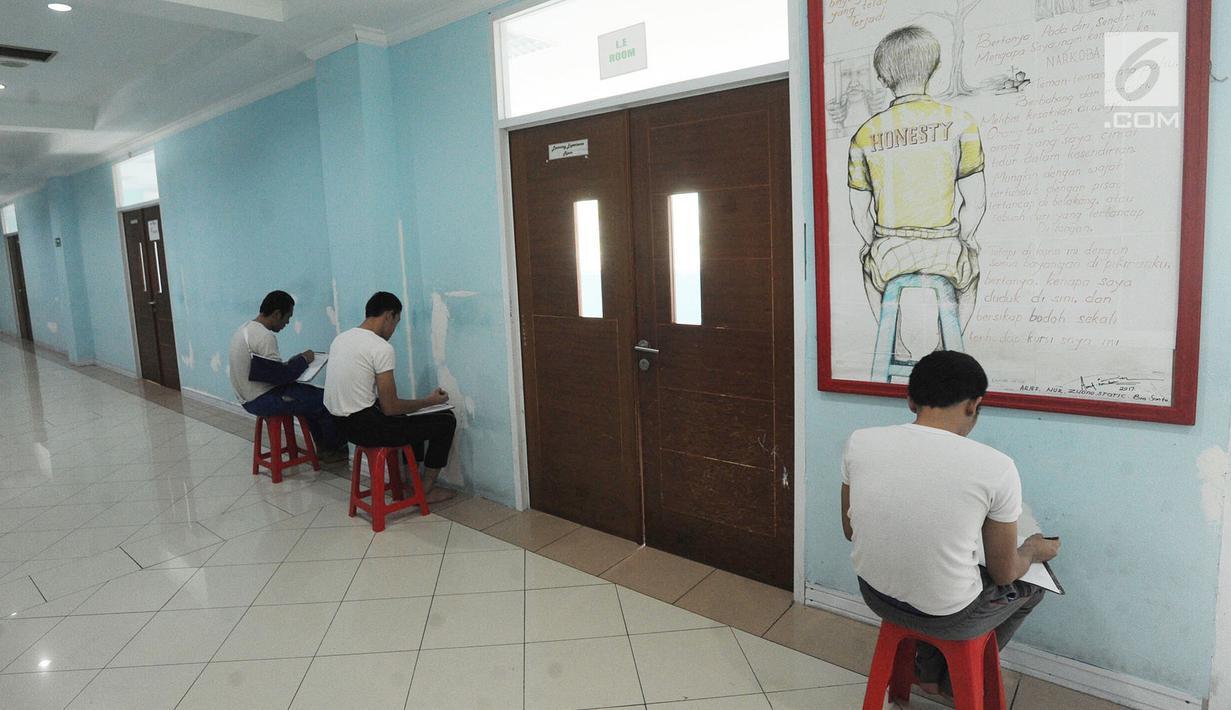 Pasien rehabilitasi narkoba atau residen mendapat hukuman menulis catatan diri di Balai Besar Rehabilitasi BNN, Lido, Bogor, Jawa Barat, (12/4). Terdapat lebih dari 250 residen di tempat ini. (Merdeka.com/Arie Basuki)