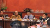 Gubernur Sultra, Ali Mazi bersama Komisioner KPK Ri La Ode Muhammad Syarif di Kendari.(Liputan6.com/Ahmad Akar Fua)