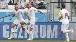 Para pemain Polandia merayakan gol Jan Bednarek (kiri) saat melawan Jepang pada laga terakhir grup H di Volgograd Arena, Volgograd, Rusia (28/6/2018). Jepang kalah 0-1 dari Polandia. (AP/Darko Vojinovic)