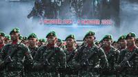 Personel TNI mengikuti upacara saat gladi bersih HUT ke-74 TNI di Lanud Halim Perdanakusuma, Jakarta, Kamis (3/10/2019). Tema HUT kali ini adalah 'TNI Profesional Kebanggaan Rakyat'. (Liputan6.com/Faizal Fanani)