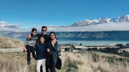 Keluarga kecil ini cukup sering menghabiskan waktu berlibur bersama. Tentu saja, mereka tak melewatkan momen untuk foto bersama di sebuah lokasi wisata yang tengah dikunjungi. (Liputan6.com/IG/@andrew.white._)