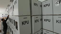 Panitia Pemilihan Kecamatan (PPK) Menteng menata kotak suara pemilihan umum (Pemilu) 2019 di Kecamatan Menteng, Jakarta, Selasa (26/3). Sebanyak 68.132 surat suara yang siap didistribusikan ke tiap-tiap TPS Kecamatan Menteng. (merdeka.com/Imam Buhori)