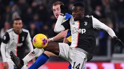 Gelandang Juventus, Blaise Matuidi, berebut bola dengan gelandang Parma, Dejan Kulusevski, pada laga Serie A di Stadion Juventus, Turin, Minggu (19/1). Juventus menang 2-1 atas Parma. (AFP/Marco Bertorello)