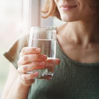 Ilustrasi minum air putih. (Foto: Shutterstock By zakalinka)