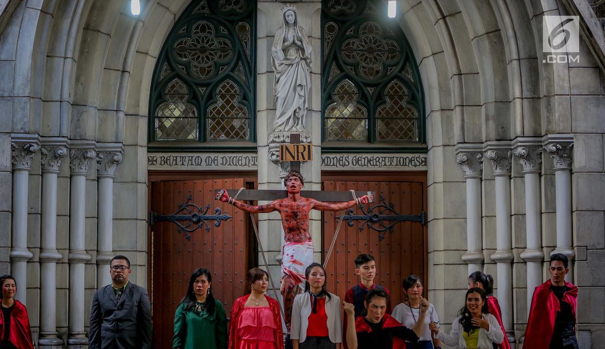 Foto Melihat Prosesi Jalan Salib Di Jumat Agung Gereja Katedral News Liputan6 Com