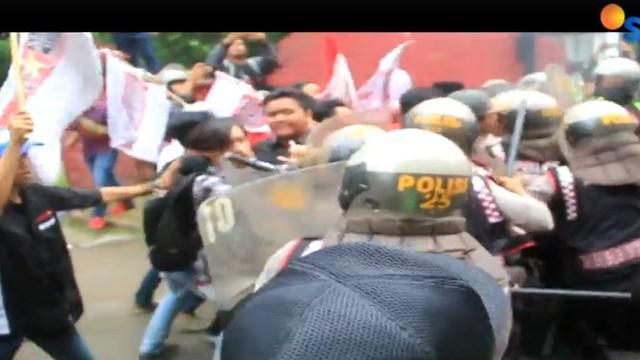 Para mahasiswa menuntut Bupati dan Wakil Bupati Sumenep untuk segera mengevaluasi kinerja delapan organisasi perangkat daerah.