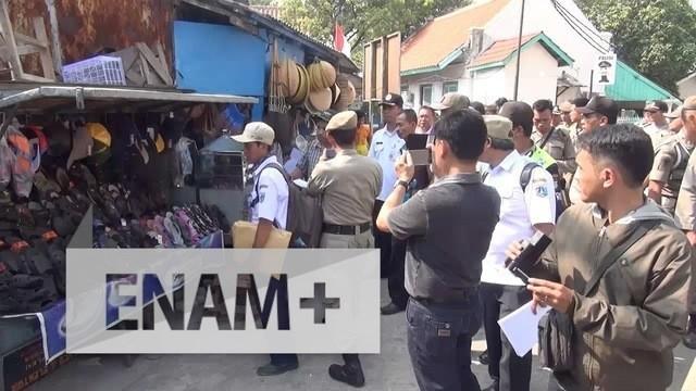 Diduga terkena serangan jantung, seorang warga di kawasan Luar Batang, Penjaringan, Jakarta Utara, meninggal dunia setelah mendapat surat peringatan ke-2 penggusuran rumahnya dari Pemrov DKI.