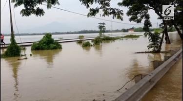 Banjir yang menerjang wilayah timur Cirebon, Jawa Barat,  masih merendam rel perlintasan kereta api bagian utara, Sabtu pagi (24/02/2018).
