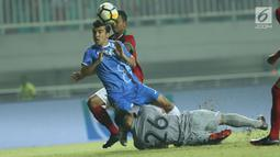 Penjaga gawang Indonesia U-23, Andritany (bawah) berjibaku mengamankan pertahanan dari serangan pemain Uzbekistan pada laga PSSI Anniversary 2018 di Stadion Pakansari, Kab Bogor, Kamis (3/5). Babak pertama imbang 0-0. (Liputan6.com/Helmi Fithriansyah)