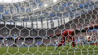 Proses terjadinya gol yang dicetak striker Prancis, Antoine Griezmann, ke gawang Uruguay pada laga perempat final Piala Dunia di Stadion Nizhny Novgorod, Nizhny Novgorod, Jumat (6/7/2018). Prancis menang 2-0 atas Uruguay. (AP/Natacha Pisarenko)