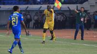 Herman Dzumafo menjadi penentu kemenangan Bhayangkara FC atas Persib Bandung di Stadion Si Jalak Harupat, Soreang, Kabupaten Bandung, Minggu (30/6/2019). (Bola.com/Erwin Snaz)