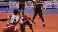 Surabaya Bhayangkara Samator harus mengakui Sidoarjo Aneka Gas Industri dengan skor 1-3 (25-23, 23-25, 18-25, 24-26) pada lanjutan seri ketiga putaran pertama Proliga 2019 di GOR C-Tra Arena Bandung, Jumat (21/12/2018). (Bola.com/Erwin Snaz)