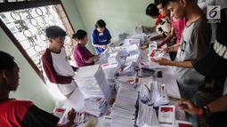 Sejumlah pekerja menyelesaikan pelipatan surat suara Pemilihan Umum 2019 di gudang logistik KPU Jakarta Pusat, Selasa (19/2). Nantinya surat suara itu akan didistribusikan sebelum penyelenggaraan Pemilu 2019.(Www.sulawesita.com)
