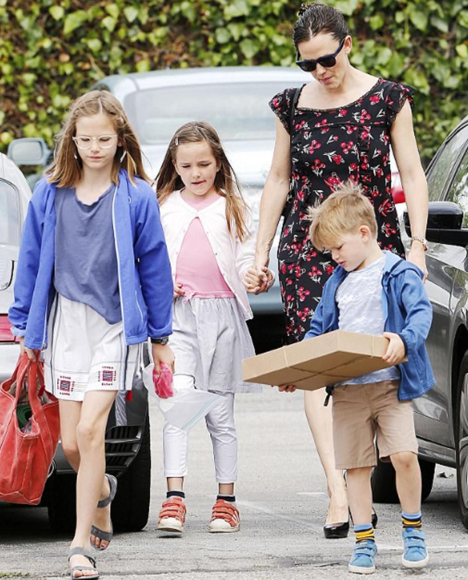 Jennifer Garner bersama tiga anaknya, Violet, Seraphina, dan Samuel (E!)