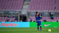 Striker Barcelona, Lionel Messi, tampak lesu usai ditaklukkan Celta Vigo pada laga Liga Spanyol di Stadion Camp Nou, Minggu (16/5/2021). Barca takluk dengan skor 1-2. (AFP/Pau Barrena)