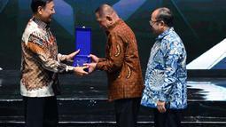 Menteri Pertahanan RI, Ryamizard Ryacudu menerima anugerah khusus dalam acara Penganugerahan Predikat Kepatuhan 2018 di Jakarta, Senin (12/10). Ombudsman RI memberikan Predikat Kepatuhan kepada 97 instansi pemerintah. (Liputan6.com/Pool/Kemenhan)